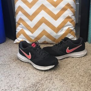Like new pink and black Nike's